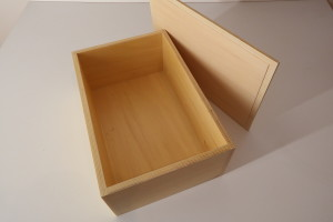 wooden box with lid (38 x 25 x 14 cm)